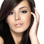 richtig-schminken-katzen-augen-schwarzhaarig-frau-attraktiv-eyerliner1